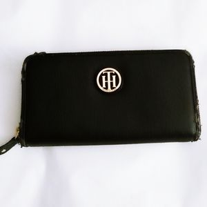 Tommy Hilfiger Black Wallet with Chrest